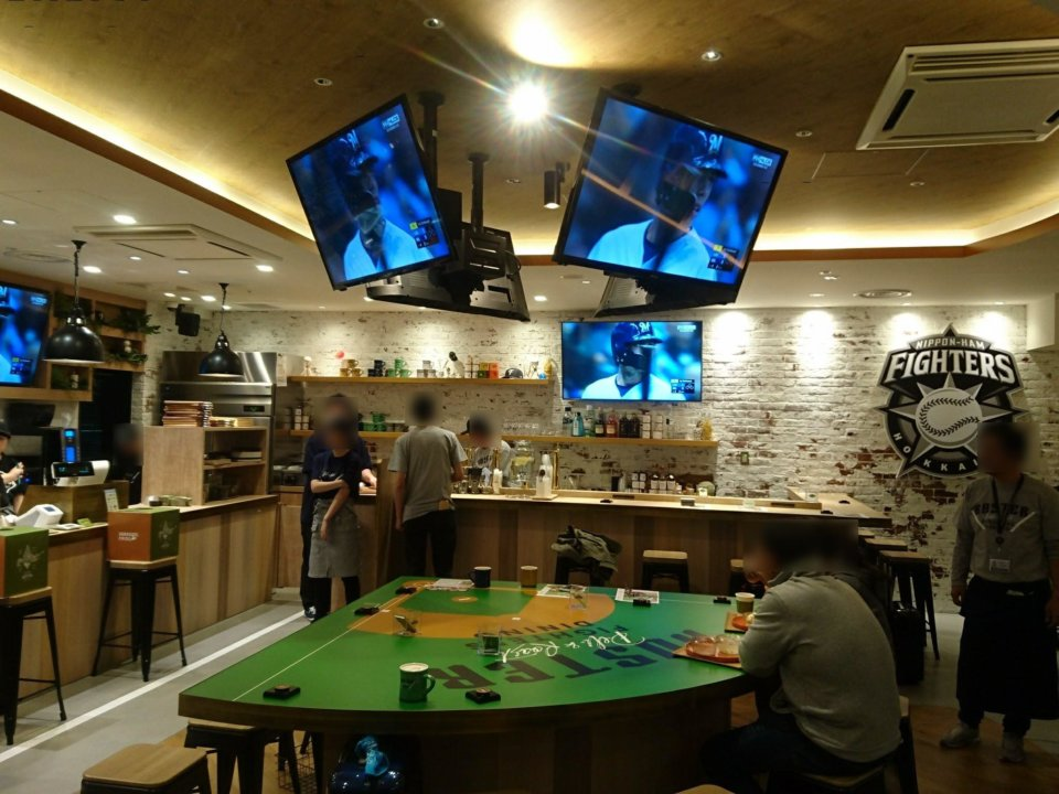 FIGHTERS DINING ROSTER 店内